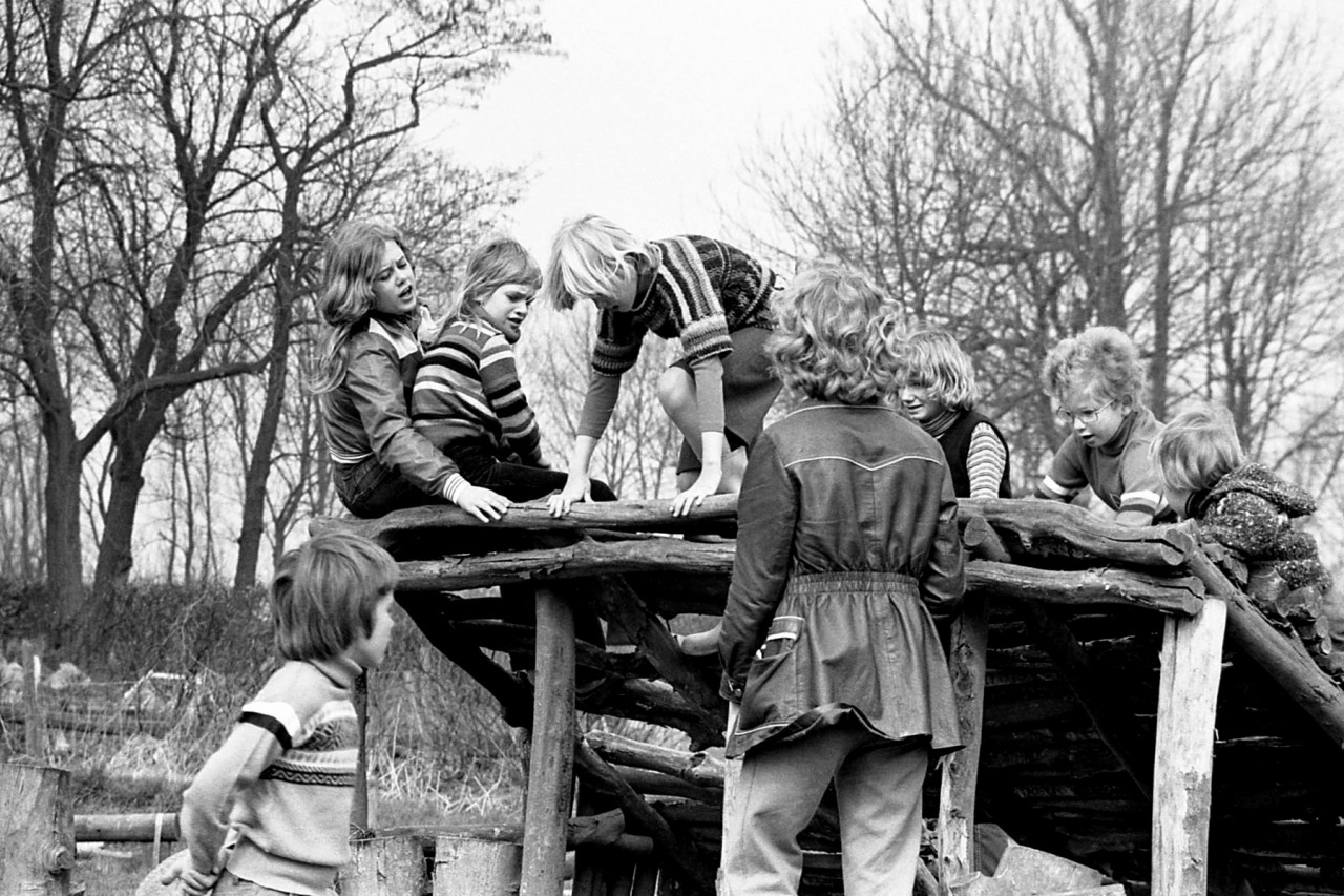 Voorjaar 1977: kinderen van Groothoff, Wolthoorn, Groeneveld, Geurink en Meerstra op het oude speelveldje (no. 6).