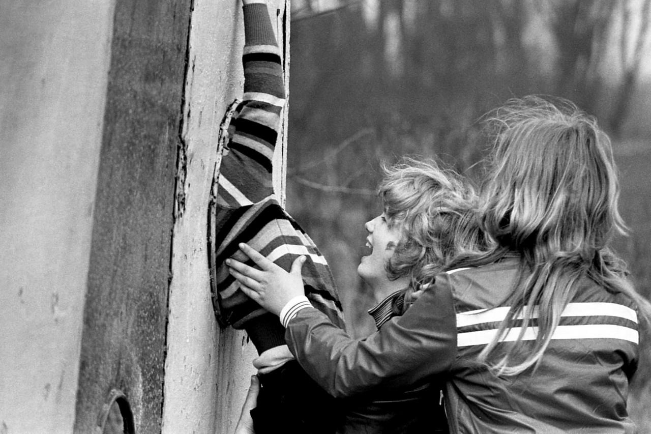 Voorjaar 1977: kinderen van Groothoff, Wolthoorn, Groeneveld, en Meerstra op het oude speelveldje (no. 8).