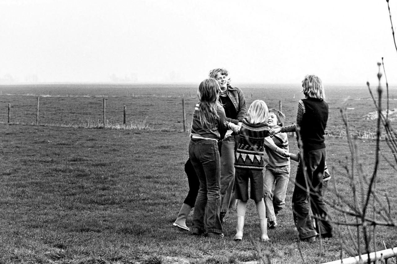 Voorjaar 1977: kinderen van Groothoff, Wolthoorn, Groeneveld, en Meerstra op het oude speelveldje (no. 12).