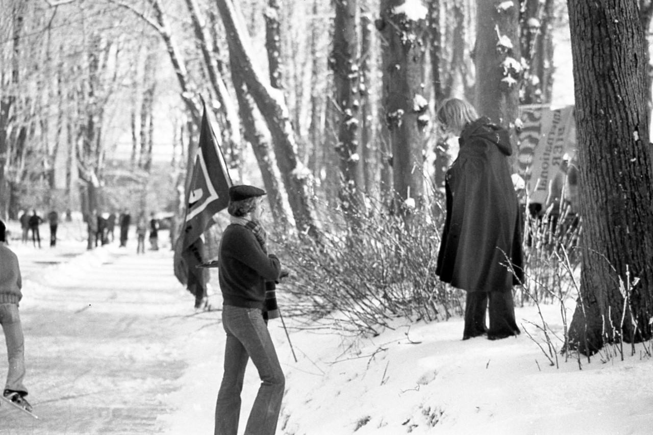 Hans Heesterman in overleg met zijn vriendin Trees