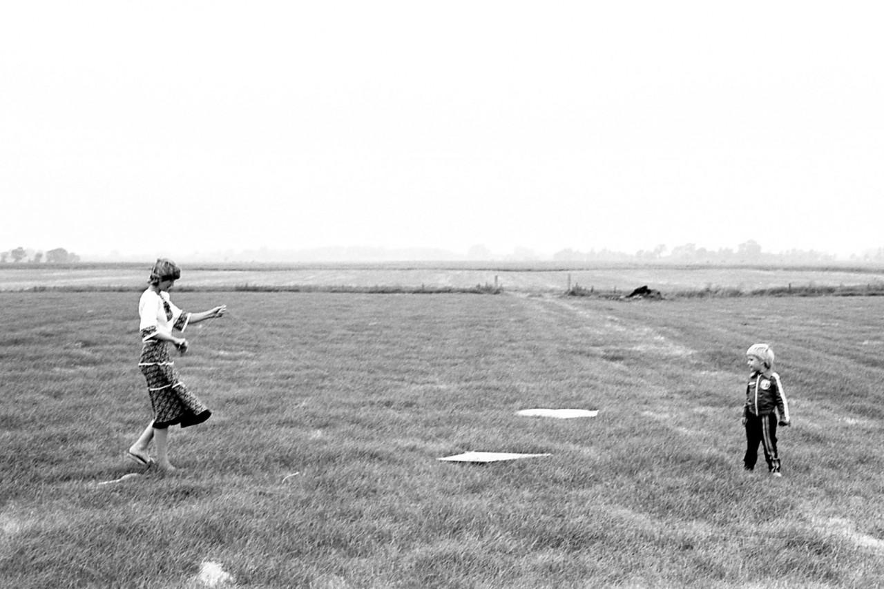Wolthoorn-kinderen aan het vliegeren
