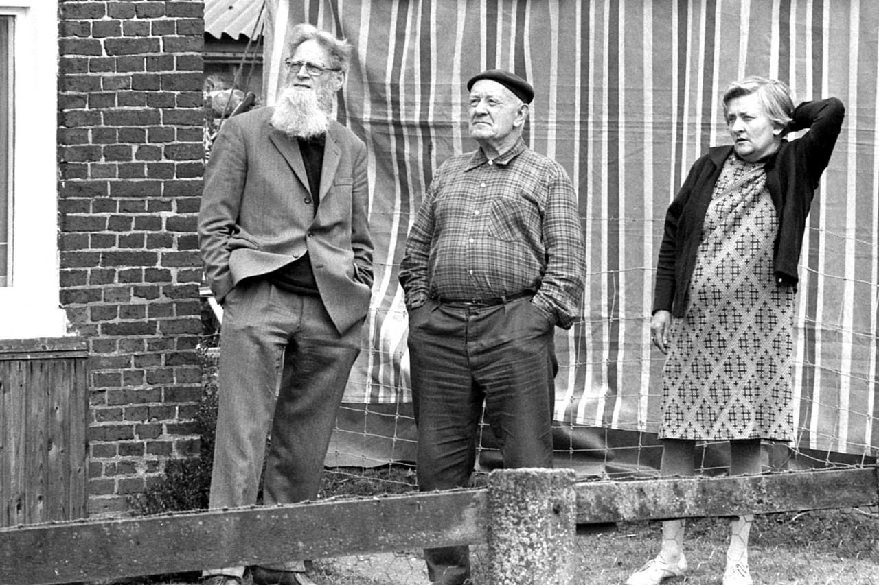 De oude bakker (midden) van de Moeshorn met Elske, naar de molen kijkend (toen de kap werd geplaatst??)