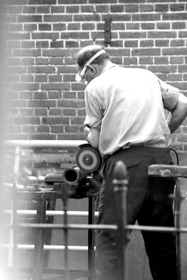 Smid Bloemhof aan het slijpen (foto 1)
