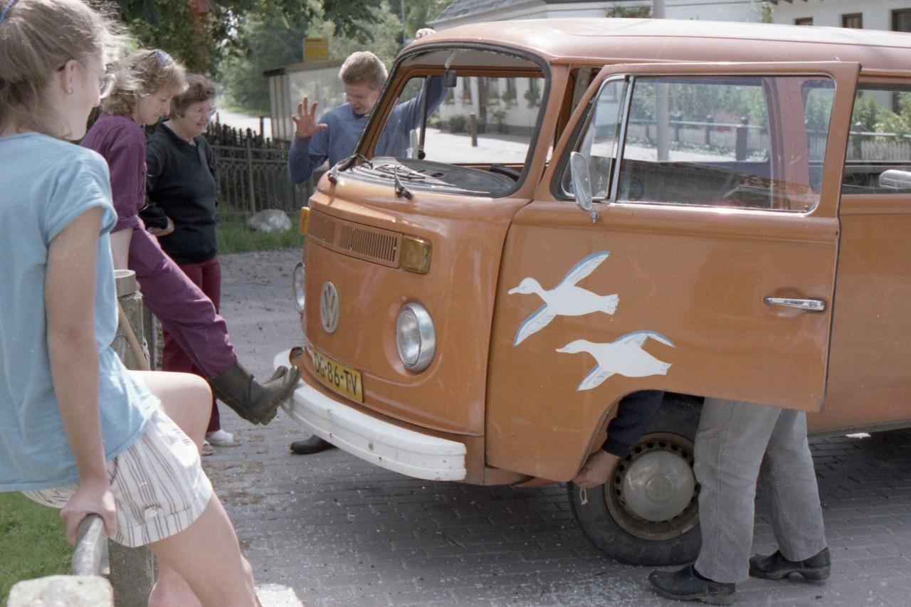 Mischa, Jennifer, mevr. Meerstra en Martin bij de schoolbus (foto 2)