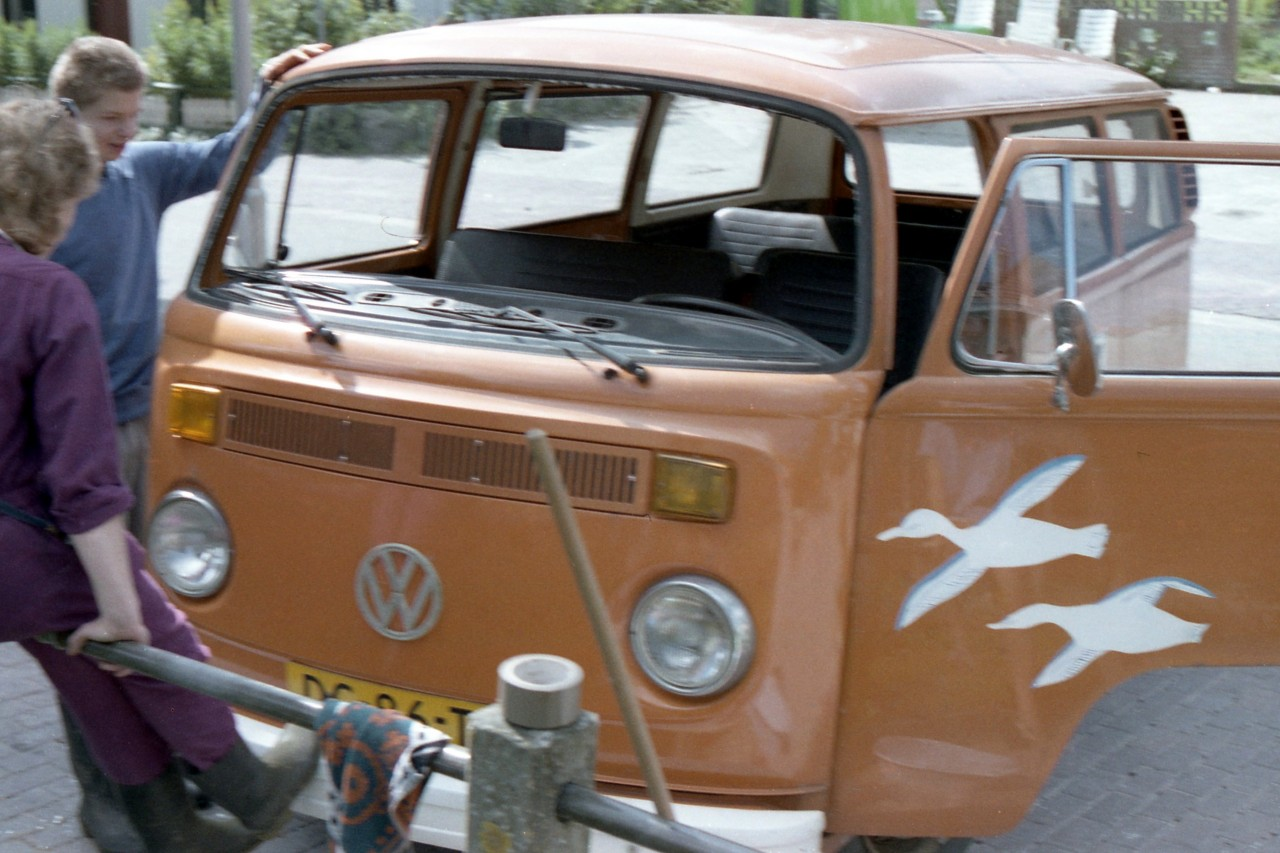 Jennifer en Martin bij de VW-schoolbus naar Warfhuizen (foto 1)