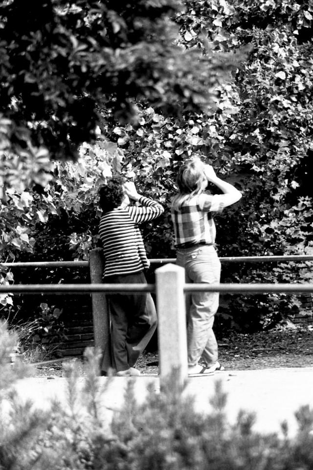 Mevr. van Dijk(?) en Jennifer Oglivie zien iets bijzonders rond de school, midden jaren 80