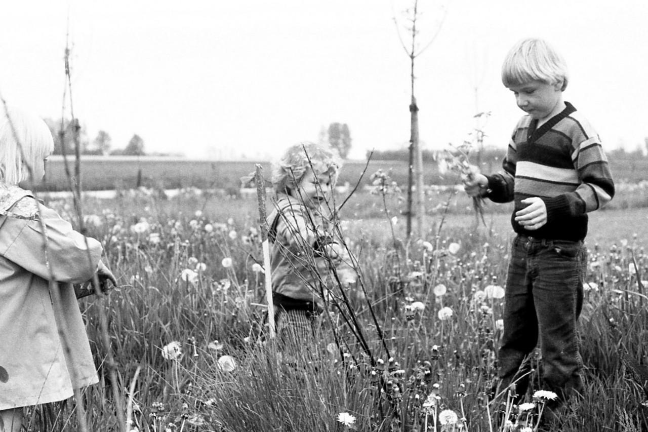 Ina, Thomas en Karel op het nieuwe speelveldje, ca. 1983