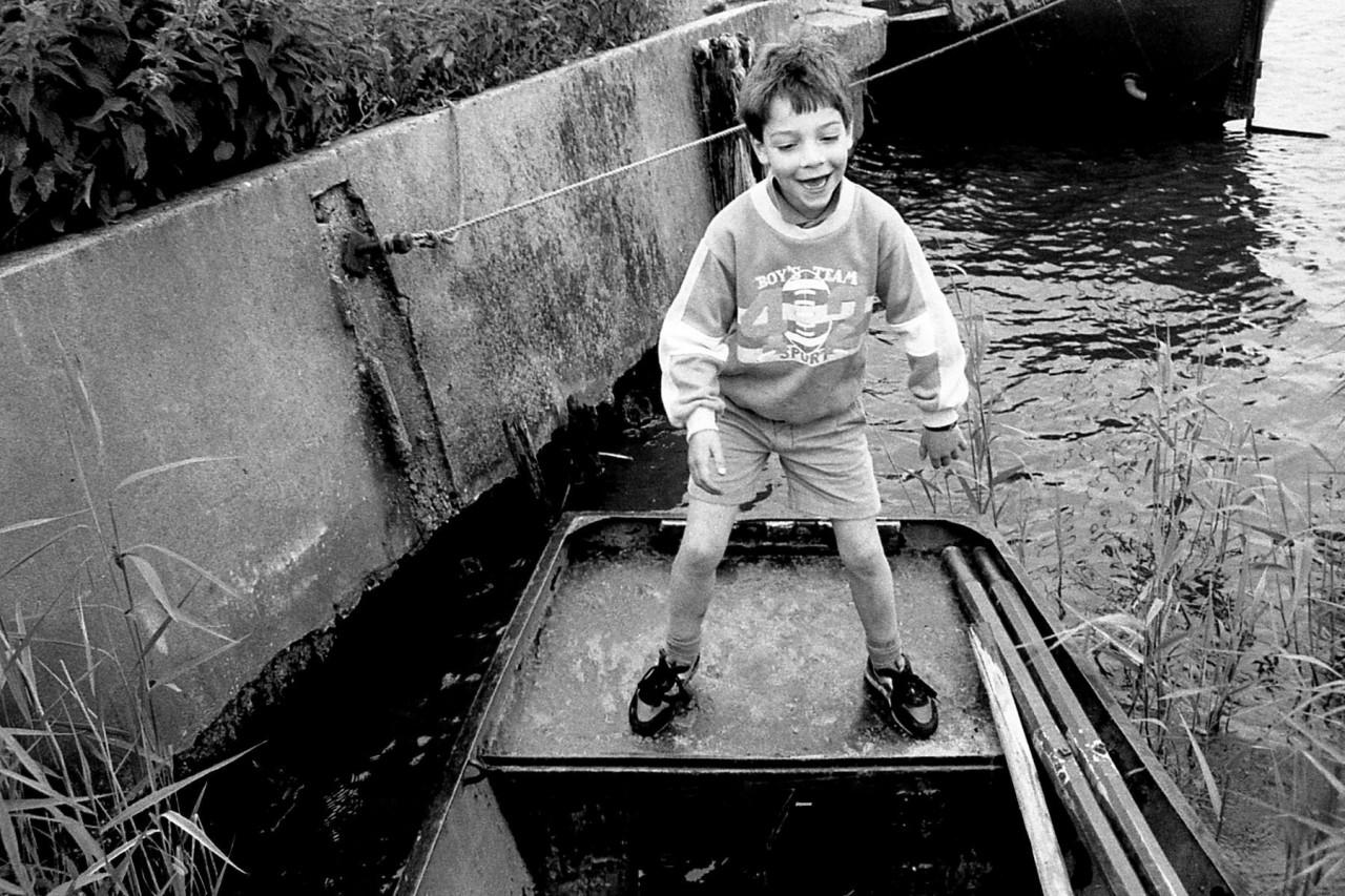 Roos op een bootje aan het Reitdiep