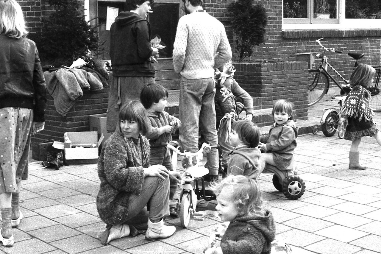 Voorgrond: Jane, Roos, Thomas, Eva en Mariska