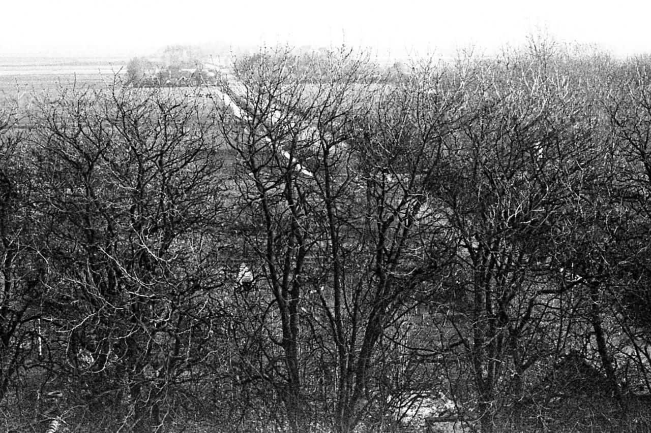 Uitzicht op het oude voetbalveld en de volgende huizen
