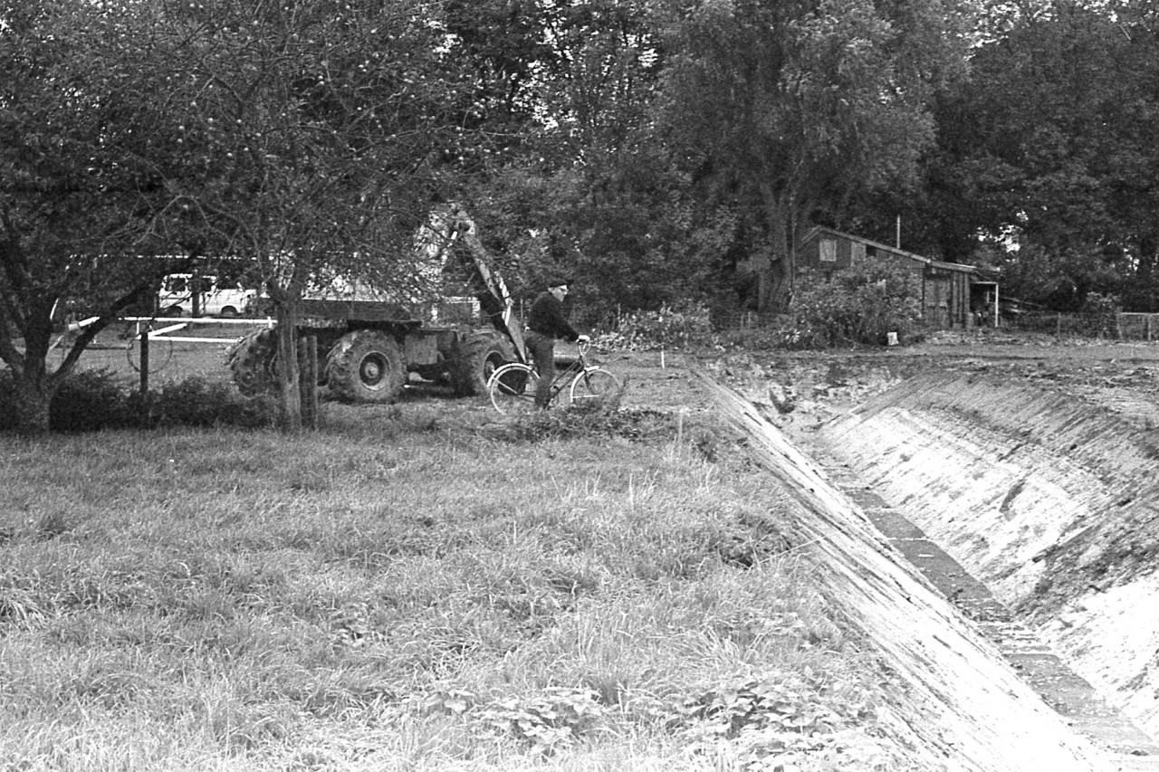 Job Munting bekijkt het ruilverkavelingswerk op het oude voetbalveld, ca. 1985