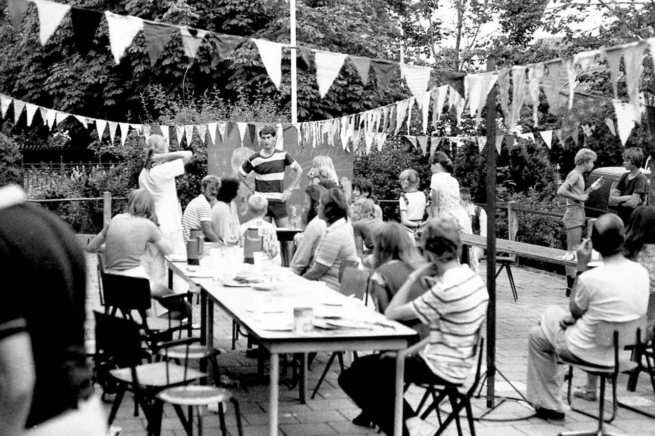 Ouders, leerkrachten en kinderen op het caféterras