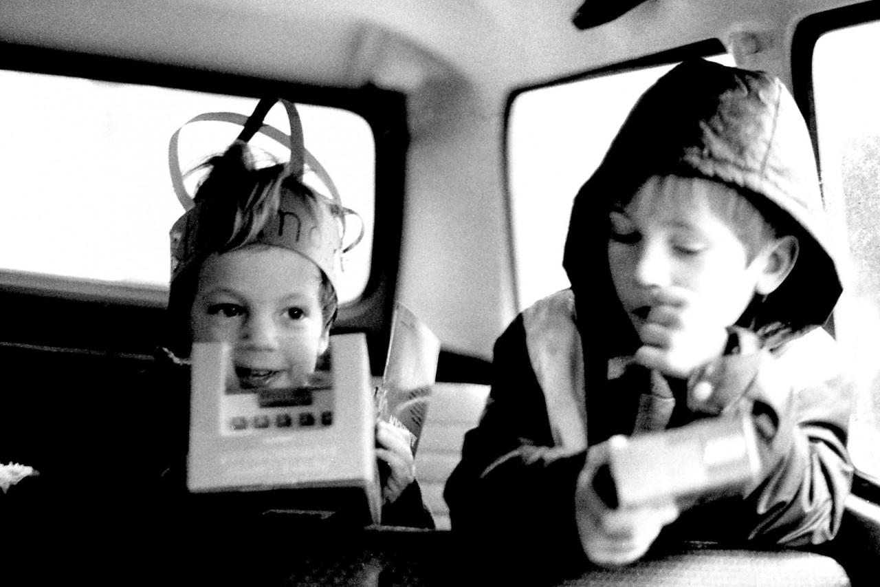Thomas en Eelco in de kleuterschoolbus, ca. 1985