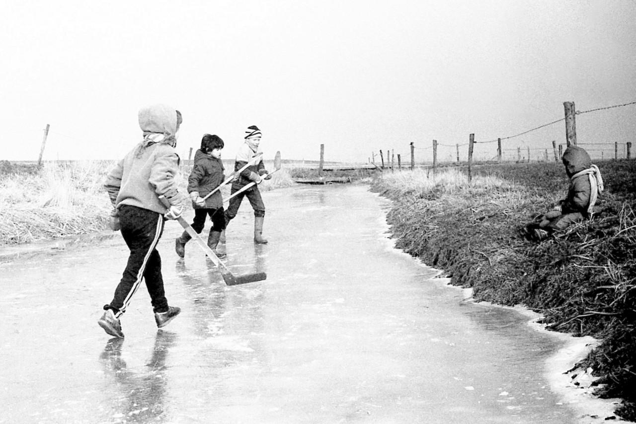 ………., Maurits, Dikkie en Thomas op de oever (foto 3)