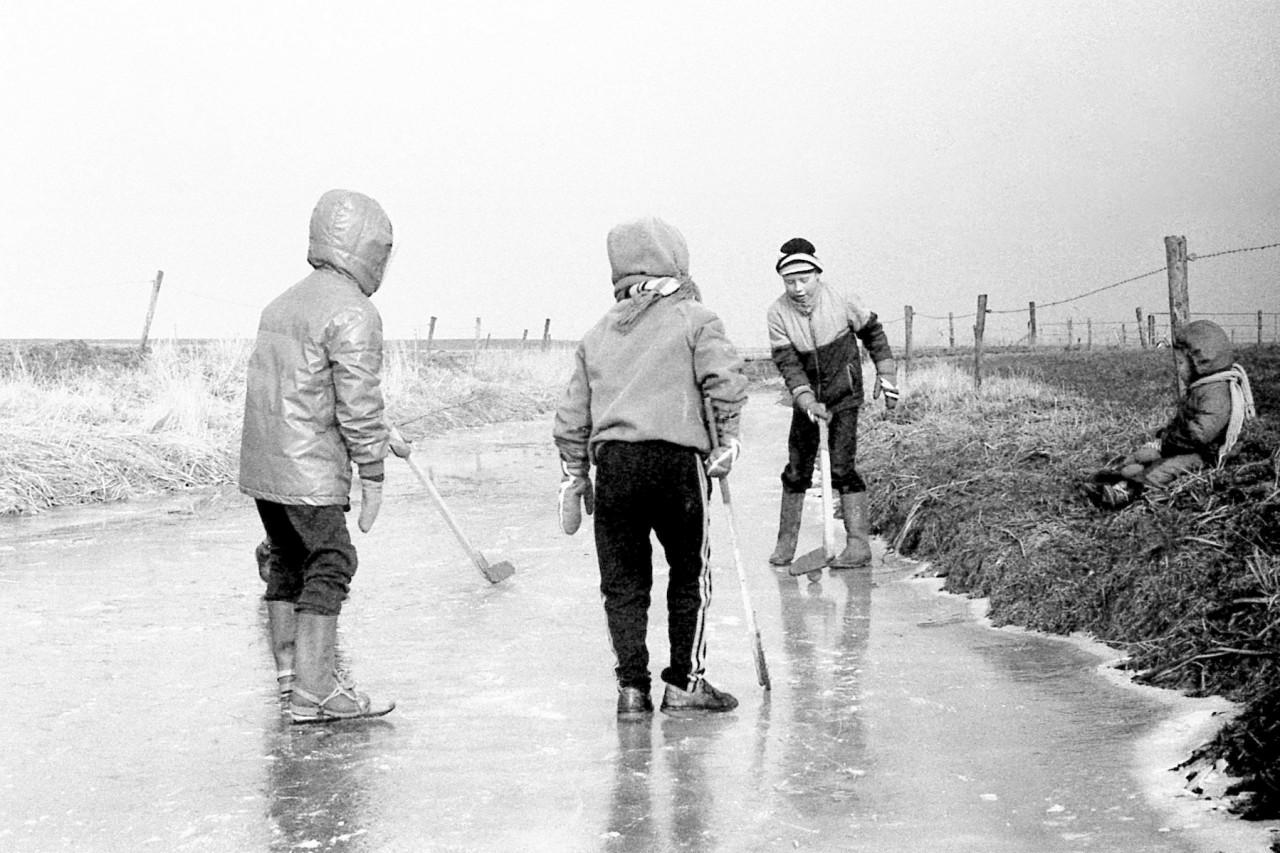 ……., ………, Dikkie en Thomas op de oever (foto 2)