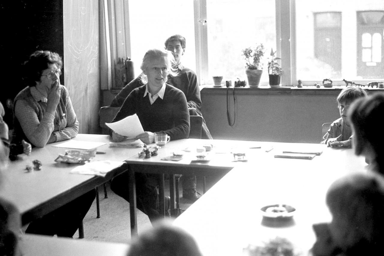 Corrie Meerstra en Ella Zijlma met daarachter meester Bosscher