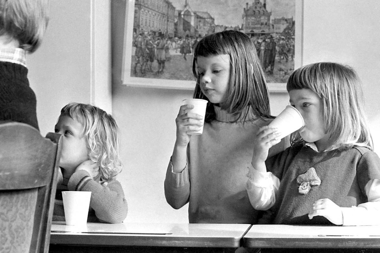 Johanna, zus Hennie en Mischa aan de chocola.