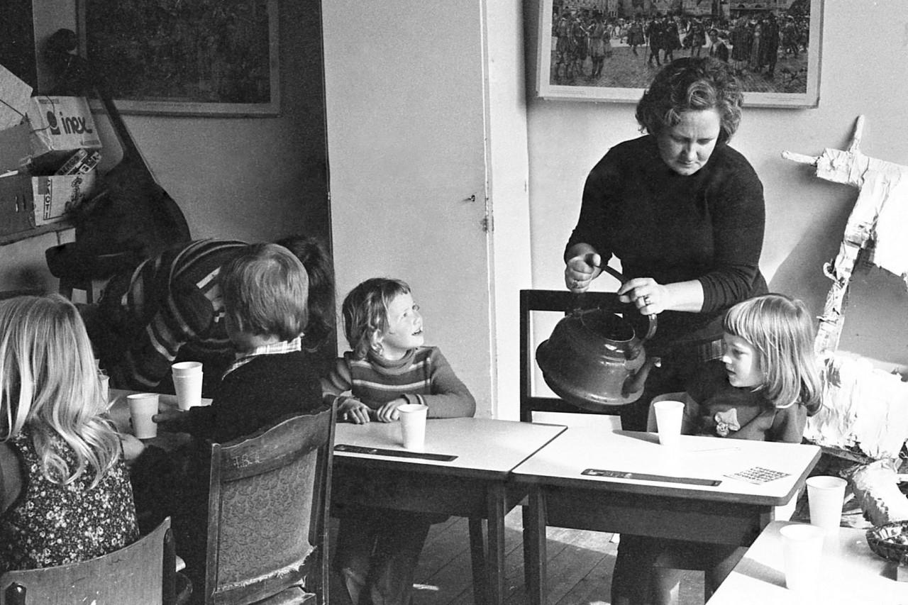 Annie Groeneveld serveert warme chocomelk
