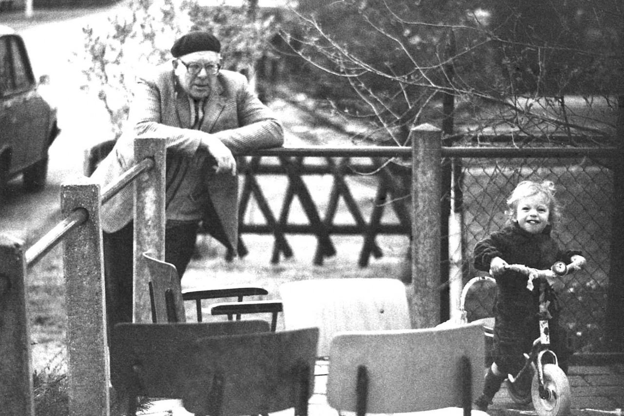 Job Munting en Thomas op zijn driewielertje op het schoolplein