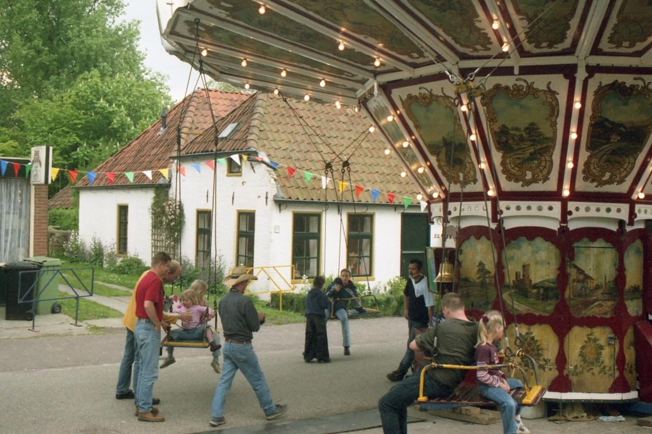 Zweefmolen in het dorp (foto 2)