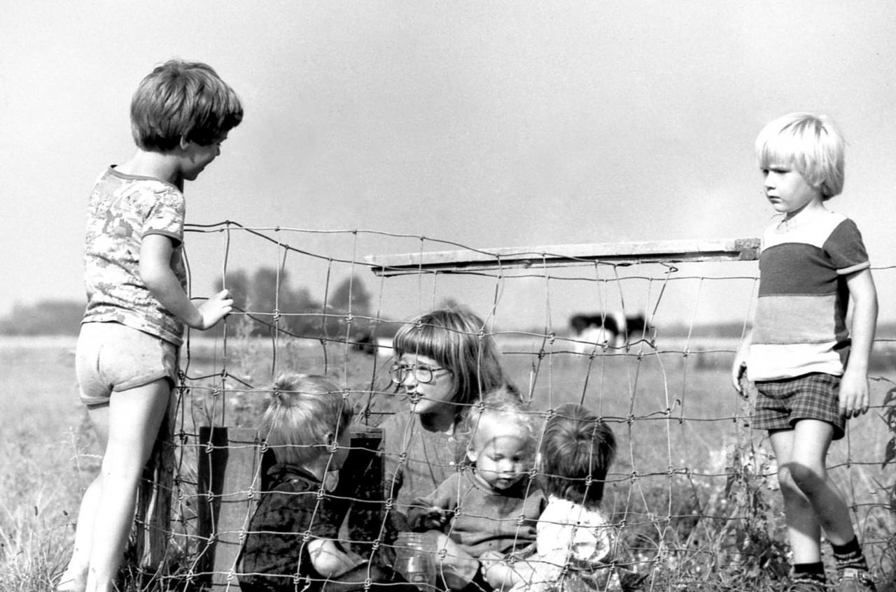 Jasper, Eelco, Mischa, Thomas, Mariska, en Karel op het oude speelveldje, 1982 (foto 1)