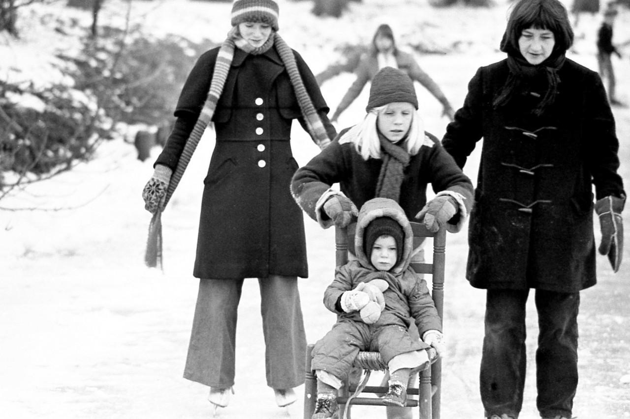 Groothof-dochter(?), Hieke, Jasper op de stoel en zijn moeder Gretha