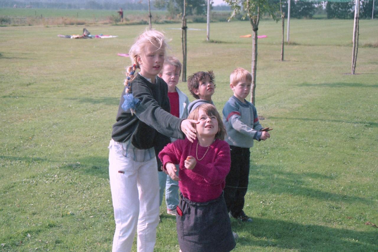 Kinderen aan het vliegeren, w.a. Mariska en Eelco