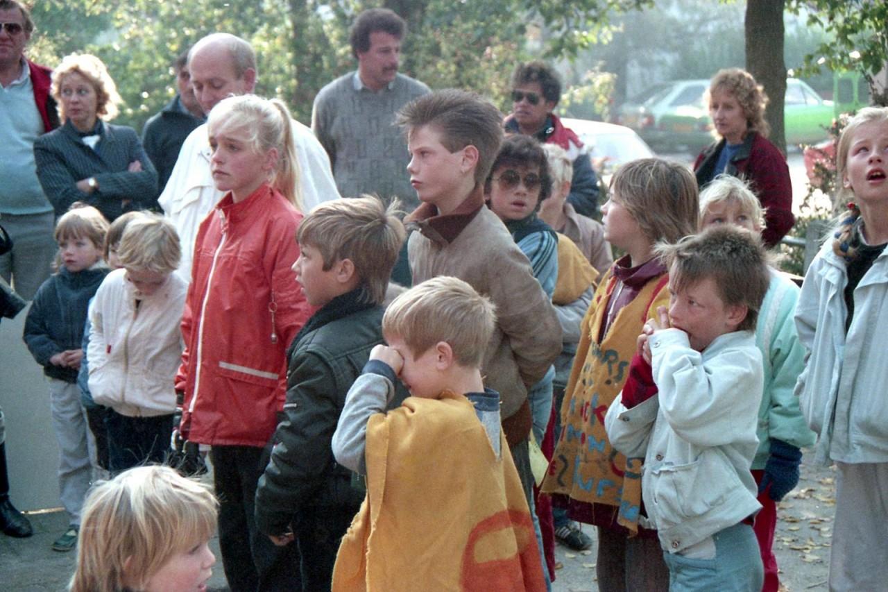 Schoolplein in Warfhuizen met allerlei Zuurdijksters