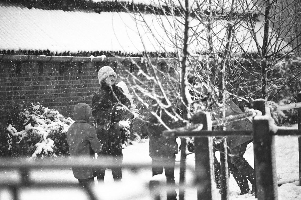 Sneeuwpret op de inrit van de familie Groeneveld, begin 80er jaren (foto 1)