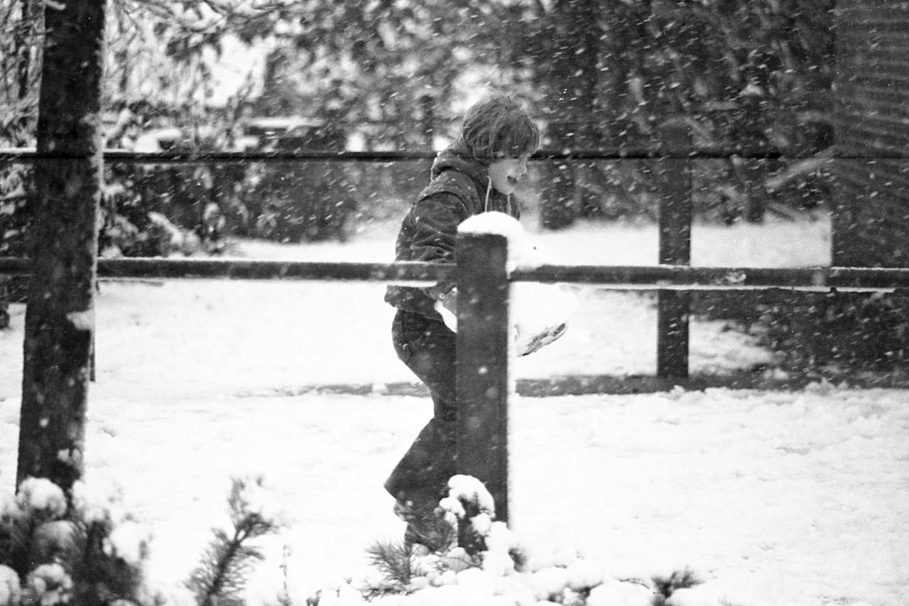 Sneeuwpret op het schoolplein, begin 80er jaren (foto 2)
