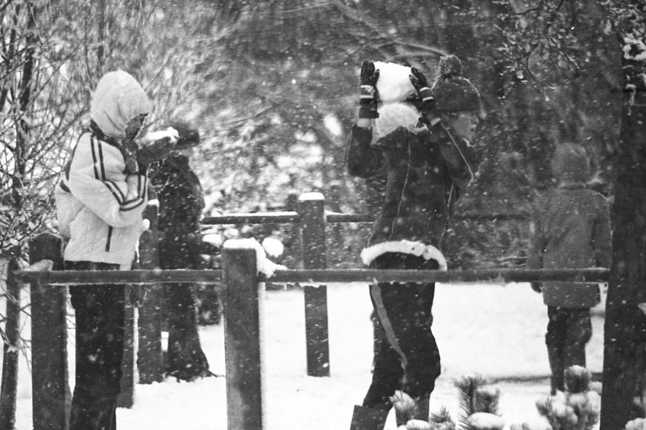 Sneeuwpret op het schoolplein, begin 80er jaren (foto 3)