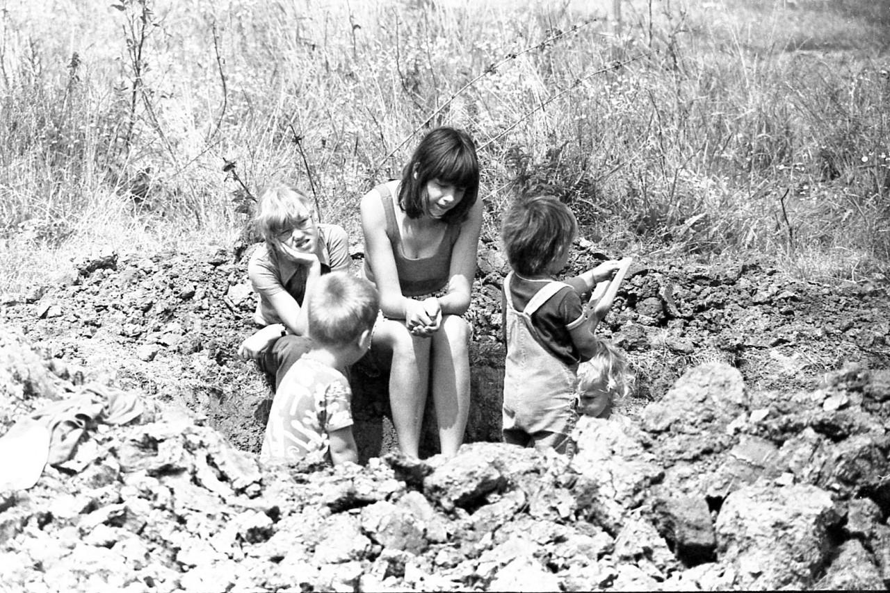 Kinderen in afwachting tot hun speeltoestellen klaar zijn (foto 6)