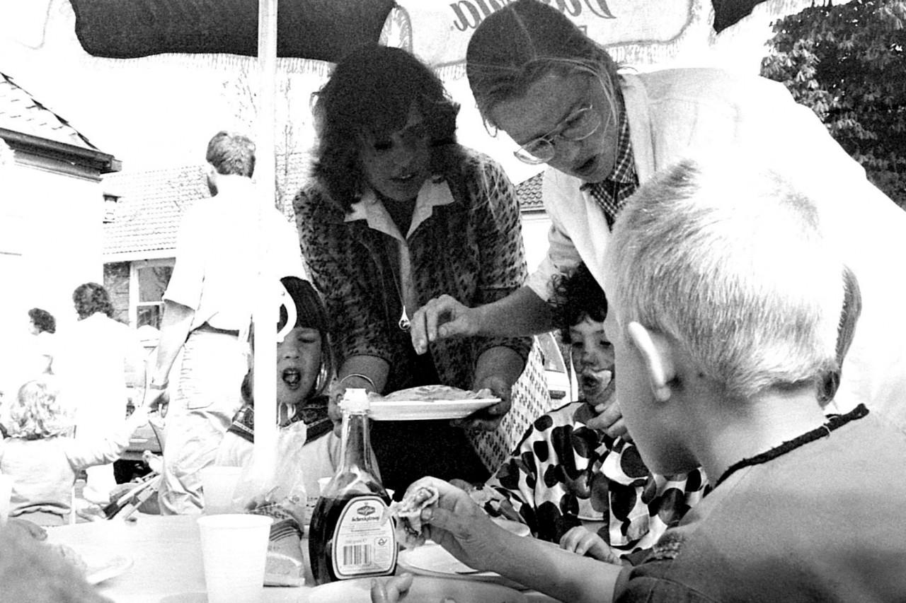 Leerkrachten Henny Bos en Ytie ……… serveren pannekoeken op het terras van Billeke de Beer