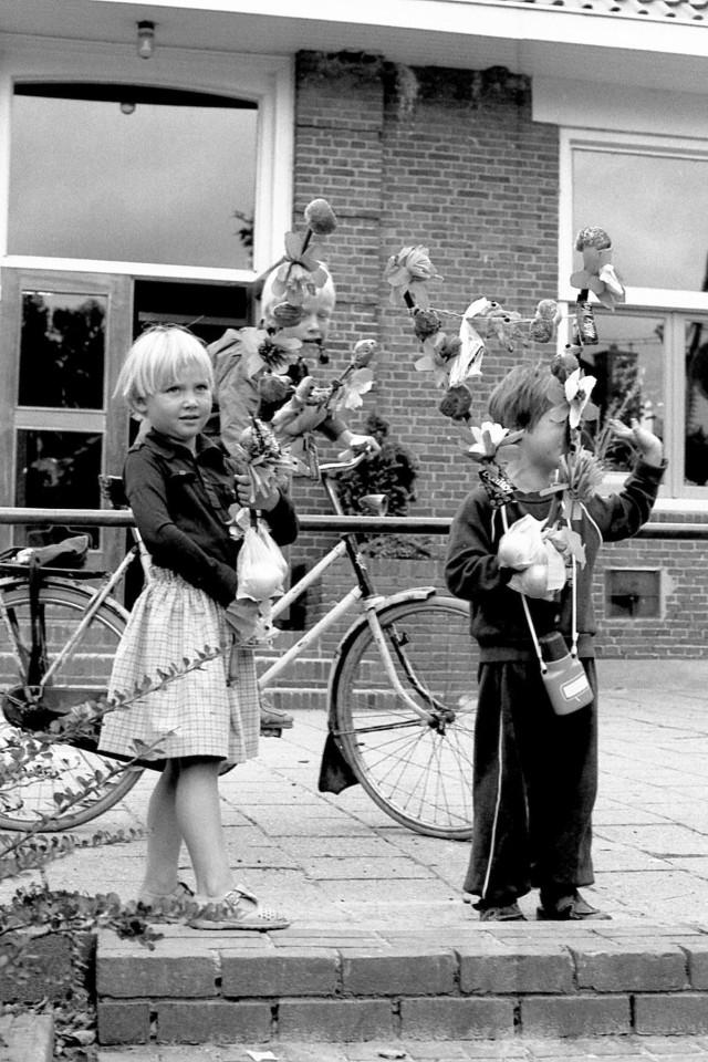 Nienke en Jasper als nieuwkomers op de Zuurdijkse school, nazomer 1981