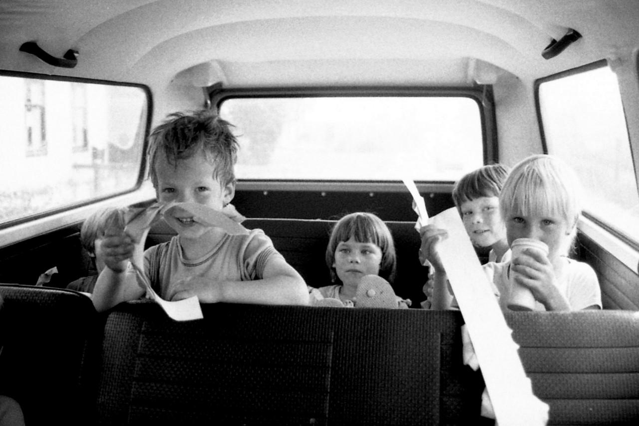 Achterin de schoolbus: Eva(?), Thomas, Mariska, Richard en Ina