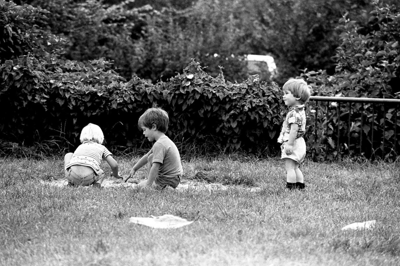 Karel(?), Jasper en Eelco op het oude speelveldje (foto 1)