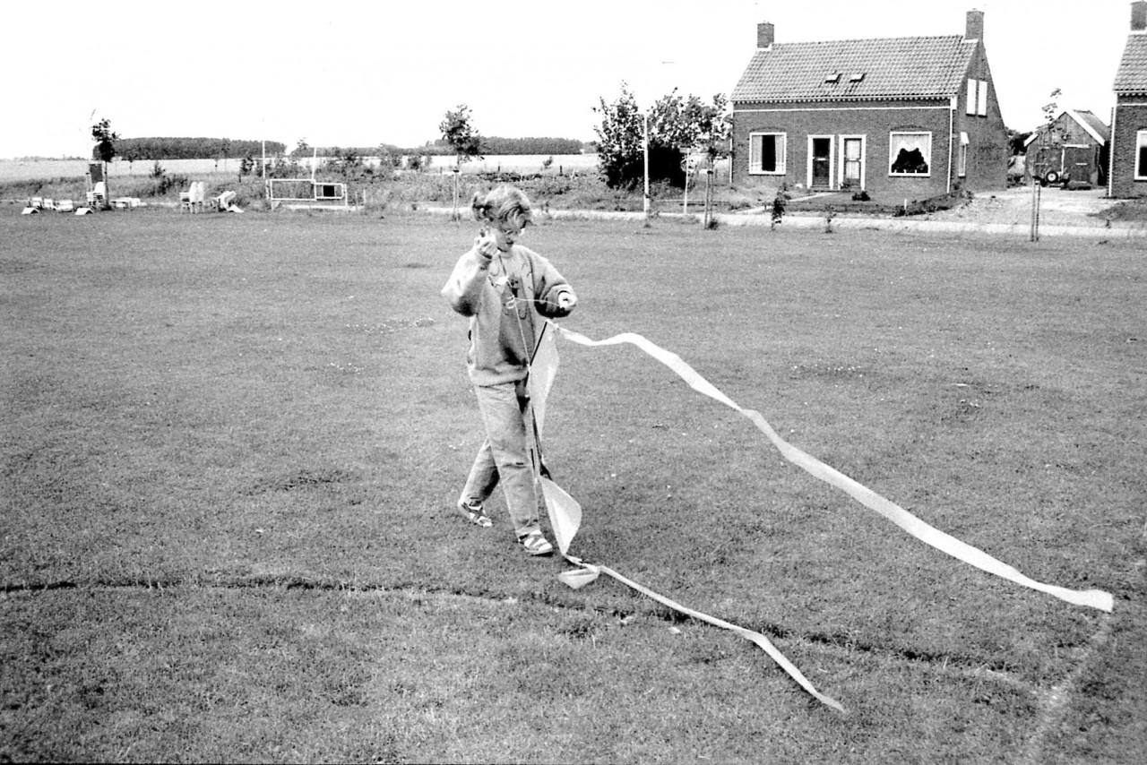 Vliegeren op het nieuwe voetbalveld (eind 80er jaren)