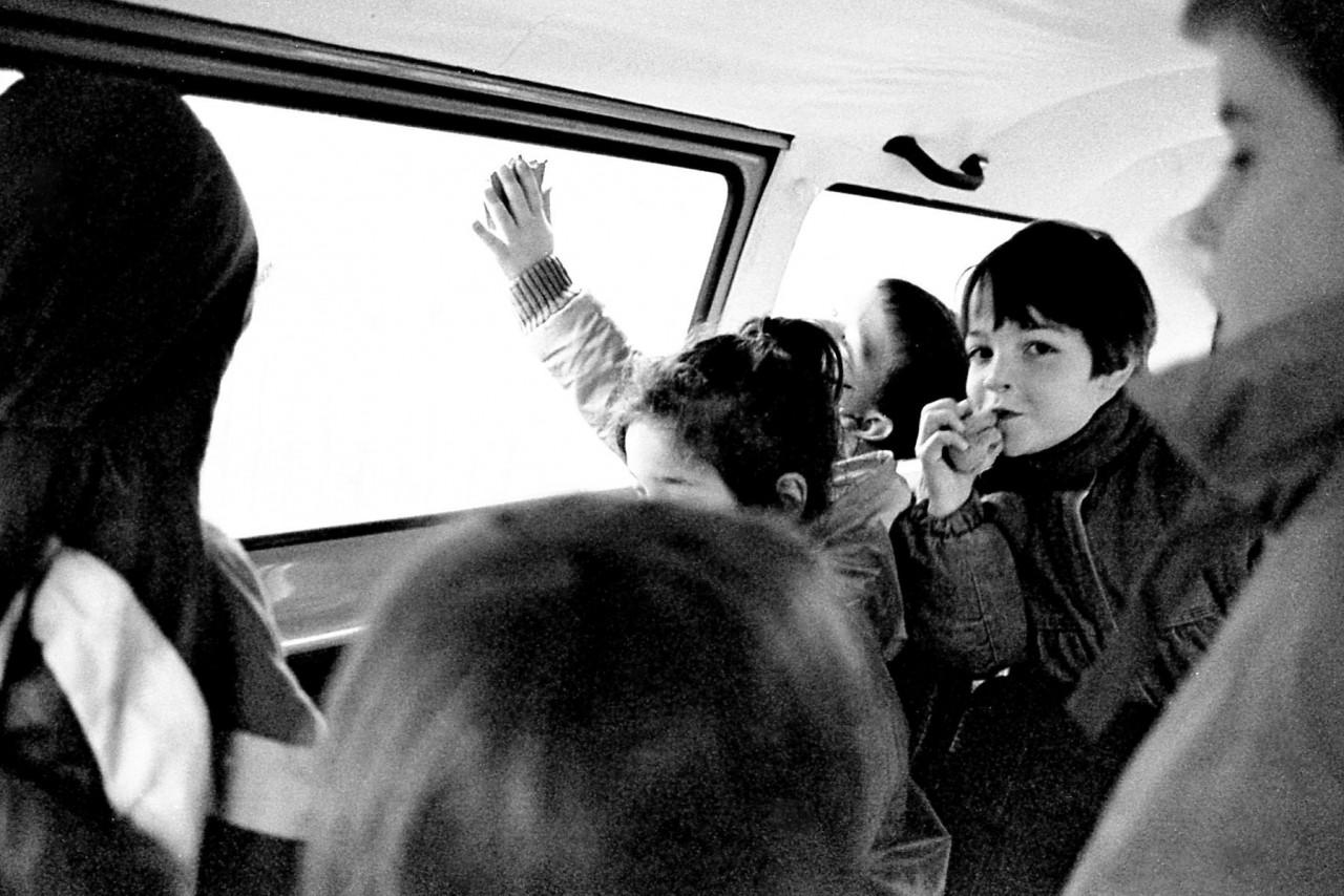Schoolkinderen in het VW-busje, o.a. Mirjam, Eelco en Roos