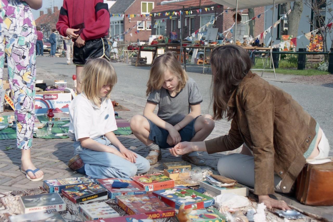 Rommelmarkt, hier rechts Judith en haar moeder