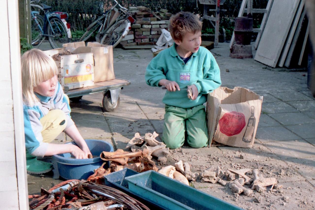 Ina en Thomas met oude botten er scherven, gevonden via de ruilverkaveling, ca. 1985
