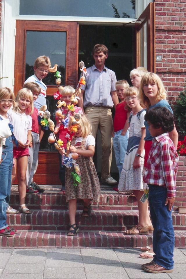 Elf leerlingen slechts: Mischa, Nienke, Jasper, Erik, Karel, Judith, meester Bosscher, Dikkie, Freddie, Johanna, Helena en Maurits