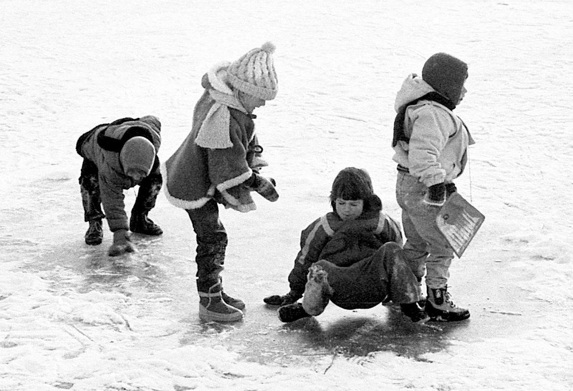 IJspret voor Thomas, Ina, Mariska en Eva, winter 1985 (foto 4)
