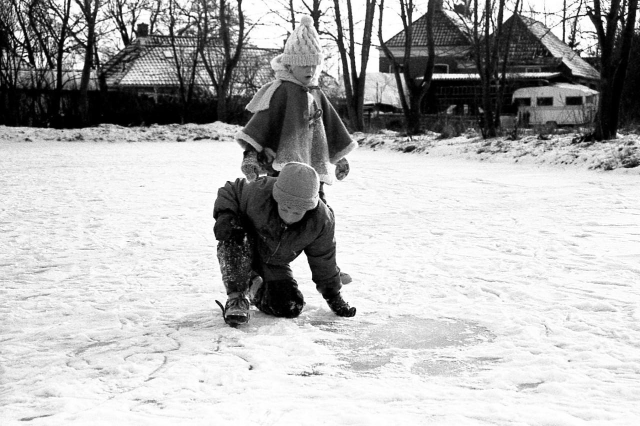 IJspret voor Eva, Ina, Mariska en Thomas, achter de kleuterschool in Warfhuizen, winter 1985 (foto 1)