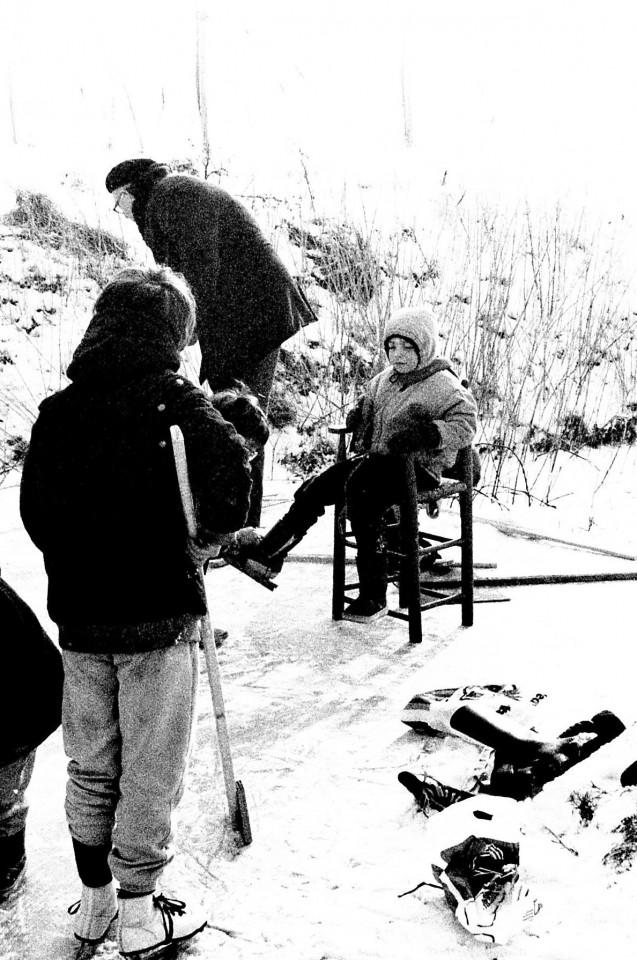 Op de rug gezien: Jasper en Job Munting, plus Roos op de stoel
