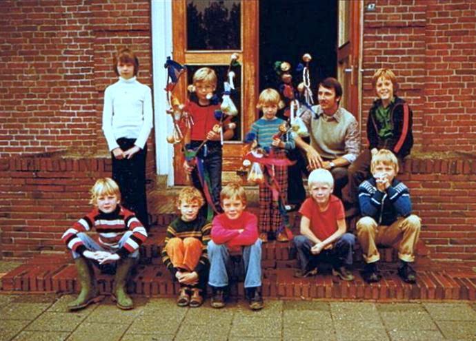Schoolfoto 1978: Henny, Erik, Johanna (beide met stoeteboom), meester Wiersma, Chris; voor: Henk, Harry, Rinco, Geuch en Piet